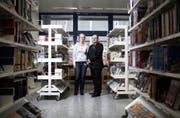 Die Bibliothek in Ruopigen. Im Bild: Grossstadträtin Luzia Mumenthaler und der Präsident des Quartiervereins Fabrizio Laneve. (Bild: Manuela Jans / Neue LZ)