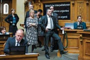 Die Nationalräte stehen Schlange, um Leuthard eine Frage zu stellen: zuvorderst Walter Wobmann (SVP), dahinter Susanne Leutenegger Oberholzer (SP), Olivier Feller (FDP), Daniela Schneeberger (FDP), Philippe Bauer (FDP) und Regula Rytz (Grüne). (Bild: Peter Klaunzer/Keystone)