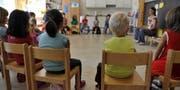 Kinder sitzen im Kreis im Kindergarten Hirzbrunnen in Basel am Montag, 9. August 2010. Gemaess HarmoS-Konkordat ist der Kindergarten Teil der Primarstufe und damit auch Teil der Volksschule. Alle Schuelerinnen und Schueler, die jetzt den Kindergarten oder die 1. oder 2. Klasse der Primarschule besuchen, durchlaufen bereits die neue Schullaufbahn. (KEYSTONE/ Georgios Kefalas) (Bild: GEORGIOS KEFALAS (KEYSTONE))