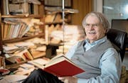 Kurt Steinmann (72) in bibliophiler Umgebung bei sich zu Hause in Reussbühl. (Bild: Corinne Glanzmann (2. Dezember 2016))