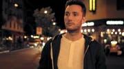 Alex (Marco Michel) verbringt die Nacht unvorhergesehen in der Stadt. Er trifft auf bunte Figuren und Nachtschattengewächse. (Bild: PD)