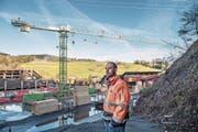 Tobias Osterwalder, Projektleiter der Schilliger Holz AG, vor der Baustelle für die neue Holzhalle. (Bild: Nadia Schärli / Luzerner Zeitung (Küssnacht, 5.1.2018))