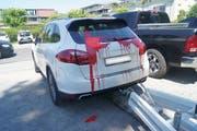 Der Besitzer dieses Autos wird rot gesehen haben, als er den Schaden entdeckte. (Bild: Zuger Polizei)