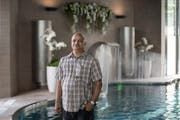 Kumar Kamlesh (60) im Badebereich des Aquafit in Sursee. Geht es nach seinen Plänen, soll in vier Jahren auch in Kriens ein neues Wellnesszentrum eröffnet werden. (Bild: Pius Amrein / Neue LZ)
