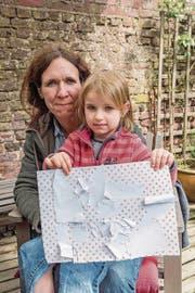Die dreijährige Ida (oben rechts) hat ihrer Mutter ein Bild gebastelt: Es heisst «Das tote Dorf». (Bild: Rudi-Renoir Appoldt (Immerath, 9. Mai 2017))