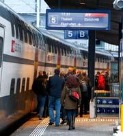 Pendler zwischen Zug (Bild) und Zürich mussten sich am Montagmorgen in Geduld üben. (Bild: Archiv Neue ZZ)