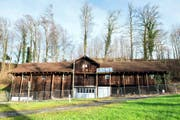 Bei der Remise wird das Dach momentan mit Stützen gesichert. Bild: PD/Gemeinde Risch