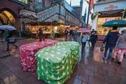 Barriere am Weihnachtsmarkt im deutschen Lübeck: Die zugedeckten Sandsäcke sollen die Besucher nebst Betonblöcken und Pollern vor Terrorattacken mit Lastwagen schützen. (Bild: Jens Büttner/Key (21. November 2017))