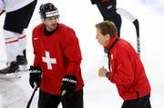 Nati-Trainer Glen Hanlon spricht zu Mark Streit. (Bild: Keystone)