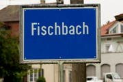 Die Ortstafel von Fischbach. (Bild: KEYSTONE/Sigi Tischler)