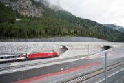 Der erste unter Strom fahrende Testzug am 8. Oktober während seiner Fahrt beim Nordportal bei Erstfeld durch den neuen Neat-Basistunnel. (Bild: Keystone / Urs Flüeler)