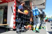 Die Einsatzkräfte der Chemiewehr machen sich für ihren Einsatz parat. (Bild: Zuger Polizei)