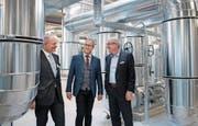 Bei der Eröffnung der neuen Energiezentrale im Littauerboden (von links): Swiss-Steel-CEO Carlo Mischler, EWL-CEO Stephan Marty und Regierungsrat Robert Küng. (Bild: Corinne Glanzmann (7. März 2018))