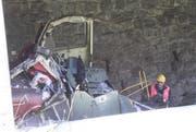 Das Dach ist weg: Die Unfalllok zeigt Spuren eines heftigen Aufpralls. (Bild: Florian Arnold / Neue UZ)