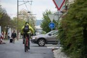 """Auf dem """"Velohighway"""" auf dem alten Zentralbahn-Trassee gibt es heikle Kreuzungen wo sich Velofahrer und Autofahrer schneiden. Das Bild zeigt diese Situation, fotografiert in Richtung Neubad. (Bild: Dominik Wunderli (Luzern, 20.April 2017))"""
