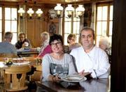 Roland und Irène Haldi vom «Ochsen» in Littau, mit einem Teller hausgemachter Ochsenschwanzsuppe.Bild: Nadia Schärli (7. Oktober 2016)