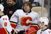 Jonas Hiller, hier im Dress der Calgary Flames, kehrt in die Schweiz zurück. (Bild: AP / Gene J. Puskar)