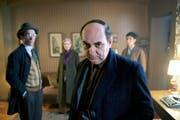 Luis Gnecco (Mitte) als Pablo Neruda in «Neruda». (Bild: outnow.ch/PD)