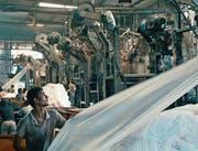 Eine von vielen eindrücklichen Szenen aus einer indischen Textilfabrik im Dokfilm «Machines». (Bild: Filmcoopi)