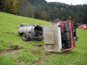 Das landwirtschaftliche Geländefahrzeug und der Güllentankwagen nach dem Unfall. (Bild Kantonspolizei Schwyz)