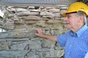 Beat Fischer, Präsident des Stiftungsrates für den Erhalt der Museggmauer, zeigt auf die Löcher im Turm, die aufgefüllt werden müssen. (Bild: Luca Wolf / Neue LZ)