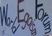 Demonstranten kritisieren das WEF. (Archivbild Alexandra Wey/Neue LZ)