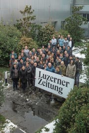 Print- und Online-Redaktion der «Luzerner Zeitung» freuen sich auf viele spannende Geschichten. Fotografiert im Innenhof des LZ-Gebäudes (Bild: Dominik Wunderli (20. Dezember 2017))