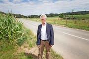 Gemeinderat Cornelius Müller aus Hitzkirch missfallen die Pläne der Regierung, die den 2 Kilometer langen Strassenabschnitt zwischen Müswangen (Bild) und der Kantonsgrenze umklassieren will. (Bild Manuela Jans-Koch)
