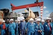 Werftangestellte vor einem Besuch von Präsident Macron Ende Mai. (Bild: Stéphane Mahe/AP (Saint-Nazaire))