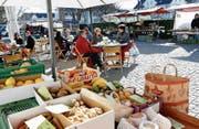 Die lokalen Märkte, wie hier in Baar, bestechen durch Ruhe und Gemütlichkeit. (Bild: Werner Schelbert (11. März 2017))