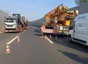 Der Pneukran blockierte die Autobahn A2. (Bild: Luzerner Polizei)