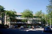 Für die Fertigstellung der Fassaden- und Umgebungsarbeiten müssen 14 Parkplätze entlang der Coop-City-Fassade temporär aufgehoben werden. (Bild: Archiv Stefan Kaiser / Neue ZZ)