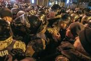Demonstranten stossen in Kiew auf Polizisten. (Bild: EPA/Viktor Koshkin)