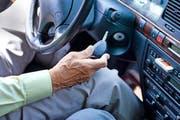 Auch im Kanton Zug erhalten Senioren künftig erst nach dem 70. Geburtstag das Aufgebot zur Fahreignungsprüfung. (Bild: Keystone/Gaetan Bally)