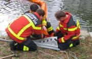 Die Freiwillige Feuerwehr Zug errichtet eine Ölsperre. (Bilder FFZ)