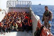 Die italienische Küstenwache rettet Flüchtlinge aus Nordafrika. (Bild: Matteo Guidelli/EPA (Lampedusa, 11. April 2014))