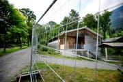 Ein Zaun trübt die ländliche Idylle: die Asylunterkunft in Alpnach, in der kommende Woche die ersten Asylsuchenden ein Zuhause auf Zeit bekommen werden. (Bild: Corinne Glanzmann / Neue LZ)
