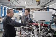 CEO Ralph Müller, links, und Präsident Hans-Rudolf Schurter in den Produktionsräumlichkeiten der Schurter AG in Luzern. (Bild: Pius Amrein (Luzern, 7. April 2017))