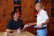 Ein Gast bestellt beim Service-Personal eine mobile Ladestation für sein Handy. (Bild PD)