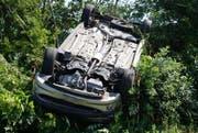 Das Auto ist nach dem Schleudergang auf dem Kopf gelandet. (Bild: Luzerner Polizei)
