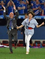 Präsidentengattin Dorrit Moussaieff sprintet aufs Spielfeld. (Bild: Keystone/Peter Powell)