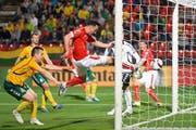 Es war die wichtige Reaktion auf den 0:1-Schock für die Schweiz: Josip Drmic drückt auf eine Kopfball-Vorlage von Fabian Schär (hinten) den Ball zum zwischenzeitlichen Ausgleich über die Torlinie von Litauen. (Bild: Keystone/Georgios Kefalas)