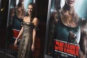 Alicia Vikander als Lara Croft schwingt sich durch die Luft. (Bild: Jordan Strauss / AP (Los Angeles, 13. März 2018))