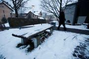 Das «Bänkli» beim Zentrum Chilematt gehört zu den Problemorten in Steinhausen. (Bild Stefan Kaiser/Neue ZZ)