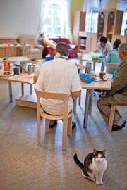 Frühstück im Behindertenheim. Solche Institutionen bleiben vorerst von einer Sparmassnahme verschont.Symbolbild: Keystone/Gaetan Bally