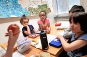 Kinder aus dem Asylzentrum Hirschpark besuchen eine Lektion im Schulhaus Hübeli in Emmenbrücke anlässlich der Asylwoche vom Juni 2014. Der Kanton setzt nun vermehrt auf Unterricht in den Asylzentren. (Bild: Keystone/Urs Flüeler)