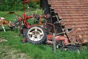 Der Traktor zum Heuwenden prallte in diese Scheune. (Bild: Luzerner Polizei)