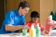 Ein Zivi betreut Kinder mit Behinderungen in einer heilpädagogischen Schule. Künftig sollen Zivildiensteinsätze auch an regulären Schulen möglich sein. (Bild: pd)