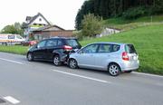 Zwei der drei Autos, die in den Unfall verwickelt waren. (Bild: Luzerner Polizei)