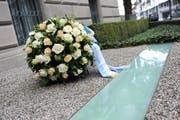 Blumenschmuck vor dem Regierungsratsgebäude in Zug erinnert an das Attentat. (Archivbild Maria Schmid)
